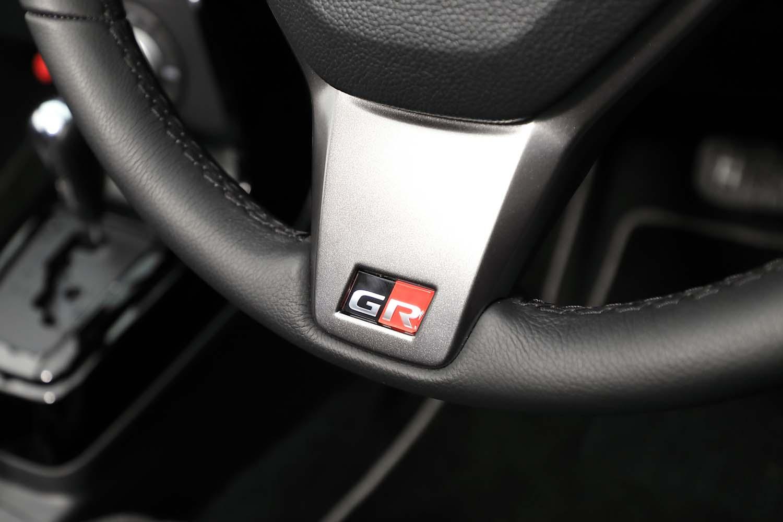 MOMO製レザー巻きステアリングホイールのスポークにも「GR」ロゴが刻まれている。