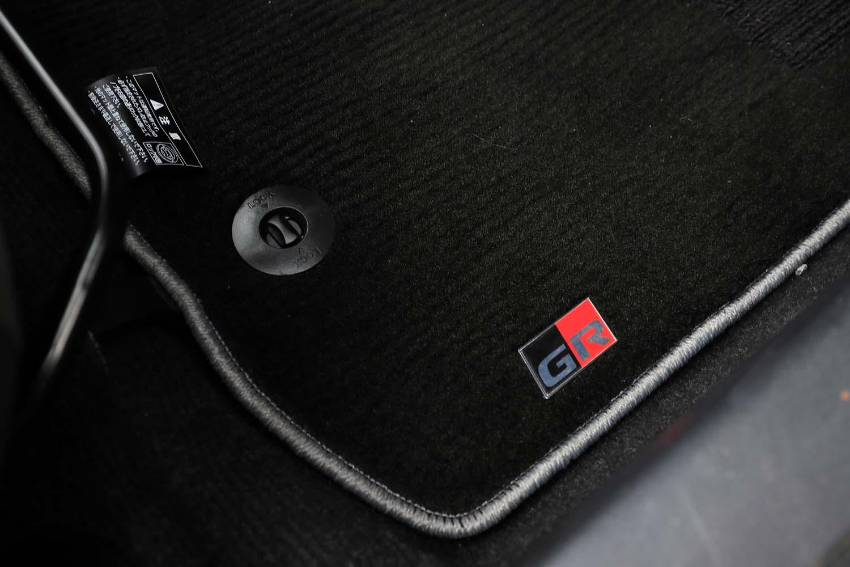 「GR」ロゴ入りのフロアマットは販売店オプションとして用意される。