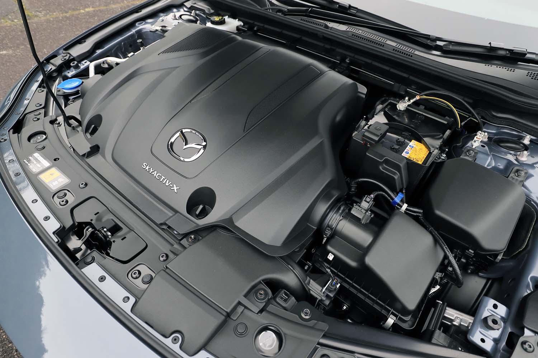 「スカイアクティブX 2.0」エンジンはがっちりとカバーで覆われて搭載される。カバーはエンジンユニットの下部まで回り込んでおり、静粛性を高めるとともに、内部の温度を下げない=圧縮着火に入りやすくする効果があるという。