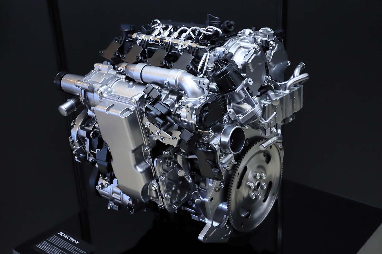 ボア×ストロークは既存の「スカイアクティブG 2.0」と同じ83.5×91.2mm。高圧噴射システムやマツダが高応答エアサプライシステムと呼ぶスーパーチャージャーを備えている。