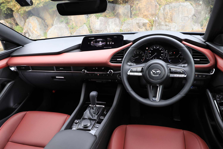 インテリアカラーは「バーガンディーセレクション」専用のレッド。メーターパネルとその両サイドのエアコン吹き出し口を、ドライバーを中心に左右対称としたコックピットがマツダのこだわりだ。