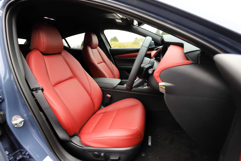 「バーガンディーセレクション」ではシート表皮も上質な赤レザーに。背もたれを起こし気味にすると、マツダの主張する「骨盤をしっかり支える」姿勢で座りやすい。