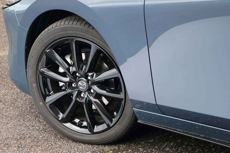 ブラックメタリック塗装のアルミホイールは「スカイアクティブX 2.0」搭載車の専用装備。テスト車は「トーヨー・プロクセスR51A」を履いていた。