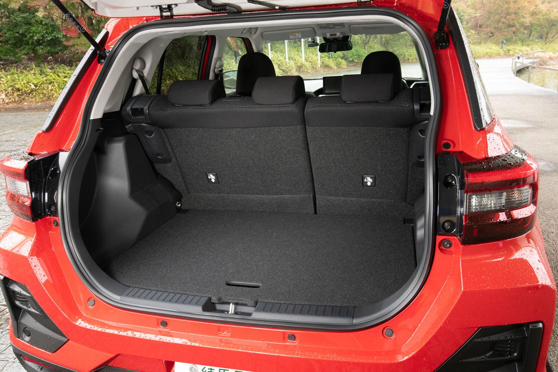 荷室容量は369リッターで、FF車には80リッター、4WD車には38リッターの床下収納も備わる。リアシートは6:4の分割可倒式だ。