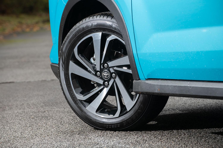 タイヤサイズは195/65R16と195/60R17の2種類。上級グレードに装備される17インチホイールは、「ライズ」(写真)と「ロッキー」とでデザインが異なる。