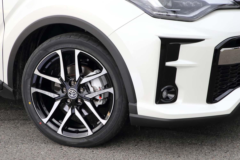 """""""GRスポーツ""""のタイヤサイズは225/45R19で、専用の「ヨコハマ・アドバン フレバV701」を履く。ホイールも専用デザインだ。"""