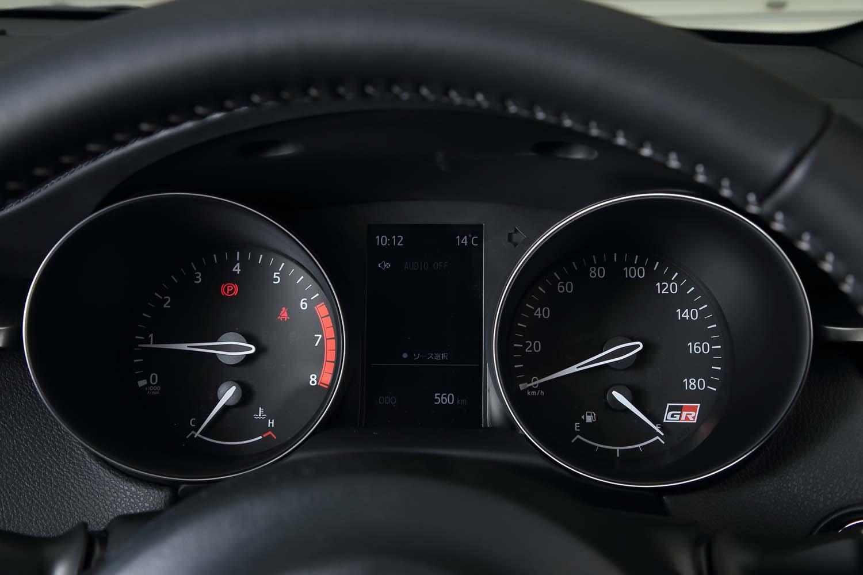 """メーターパネルも""""GRスポーツ""""専用デザイン。速度計の盤面に「GR」ロゴがあしらわれるほか、標準モデルよりもエンジン回転計のレッドゾーンが強調されたものとされている。"""