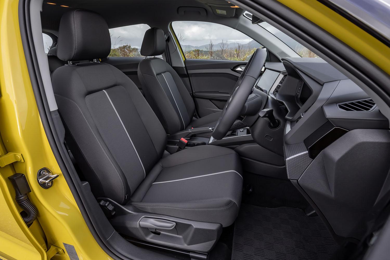 ベースの「35 TFSIアドバンスト」と同じ「デビュークロス」という表皮デザインのシートが装着された「ファーストエディション」。各種調整は手動で行う。