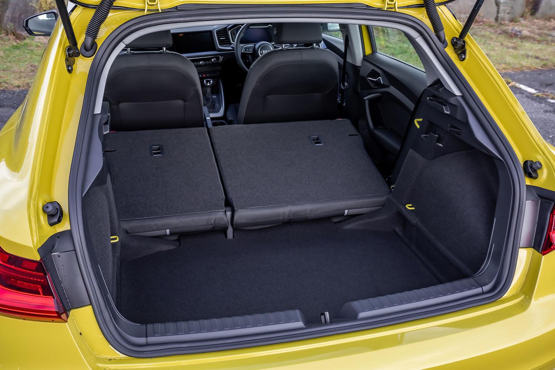 通常使用時の荷室容量は335リッター。従来型比で65リッター拡大された。後席背もたれをすべて倒すと、容量は最大1090リッターに拡大できる。