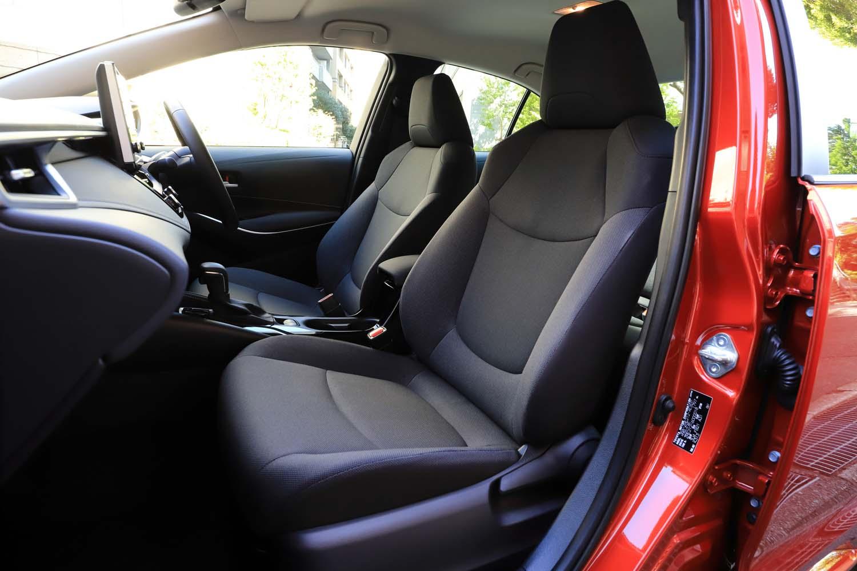 新型「カローラ」には2タイプのファブリックシートが設定されるうち、「S」にはより上質なタイプが装着される。座面およびサイドサポート部はグレー、その他の部分はブラックと表皮が張り分けられているのが特徴だ。