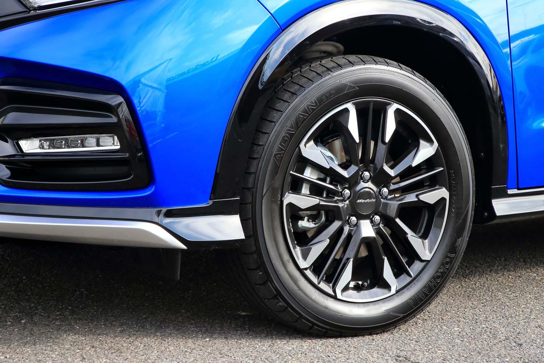 専用デザインのアルミホイール。4WD車には17インチのもの(写真)が、FF車には同じデザインの18インチのものが組み合わされる。