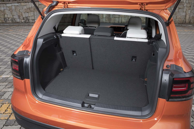 荷室の容量はリアシートを最も後ろにした場合が385リッターで、前にした場合が455リッター。シートの背もたれをすべて倒せば1281リッターにまで拡大できる。