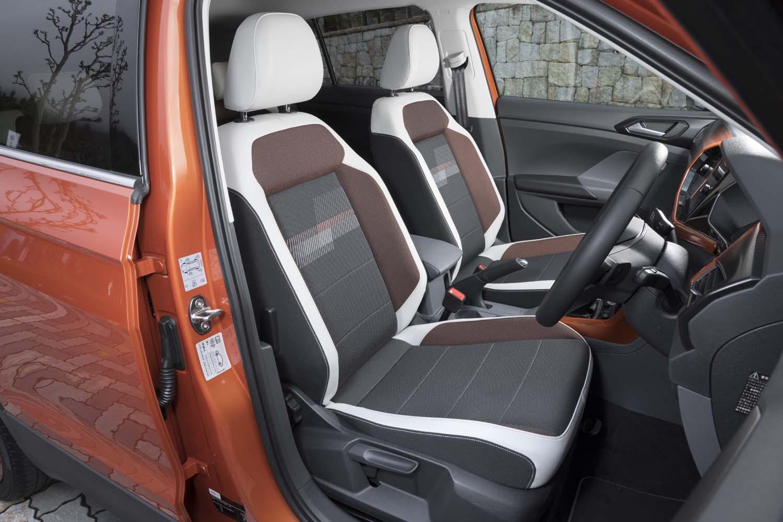 シート表皮はチタンブラックをベースに、「カラーパッケージ」の種類によってサイドサポート内側の色味が変わる。テスト車はオレンジ。