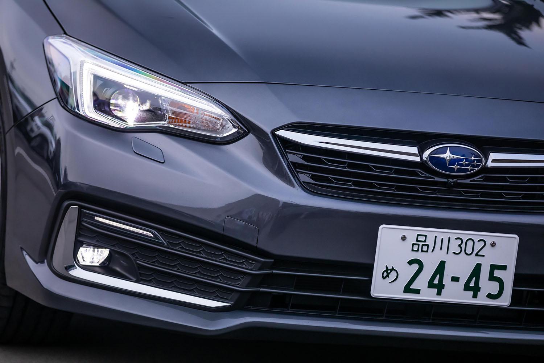ヘッドランプやDRL、フォグランプのデザインを変更。今回試乗した「2.0i-S EyeSight」にはLEDハイ&ロービームランプ+ヘッドライトウオッシャーが標準装備される。フロントグリルのメッキベゼルがなくなり、実車のフロントフェイスはシンプルな印象である。