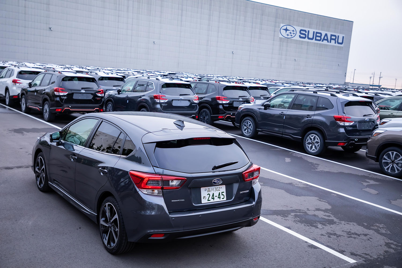 試乗車のボディーカラーは「マグネタイトグレー・メタリック」と呼ばれる新色。写真は試乗の途中で立ち寄った神奈川・川崎にあるスバルの東扇島物流センターで、輸出を待つ米国仕様車両とともに撮影した。