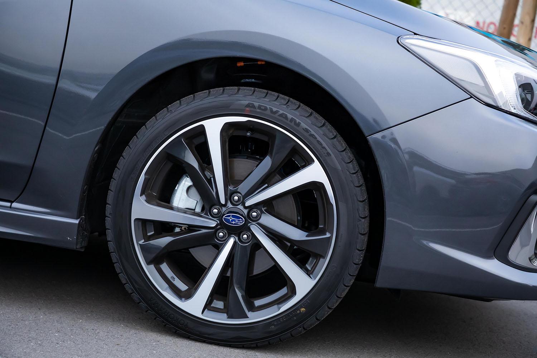 試乗車には、マイナーチェンジで採用された新デザインの18インチホイールと225/40R18サイズの「ヨコハマ・アドバンスポーツV105」タイヤが装着されていた。