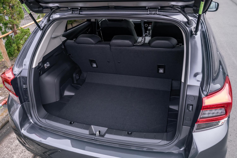 荷室容量は、5人乗車の通常使用時で385リッター。床下には小物の収容に便利なサブトランクも設置されている。
