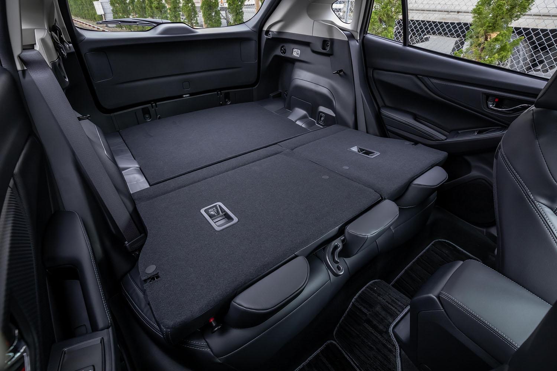 後席背もたれをすべて前方に倒した様子。荷室部分の床面はフラットで、フロア長は通常使用時の815mmから1390mmに延長される。
