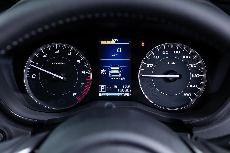 従来型と同様にメーターは2眼タイプで、中央にはカラー表示の4.2インチマルチインフォメーションディスプレイが配置されている。従来型よりも速度計の目盛りが細かくなるなどのデザイン変更が行われた。