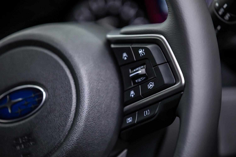 ステアリングホイールに設置された全車速追従機能付クルーズコントロールのスイッチ。マイナーチェンジによって、全車でアイサイトにツーリングアシストが追加されたが、操作方法などは従来型から変更されていない。