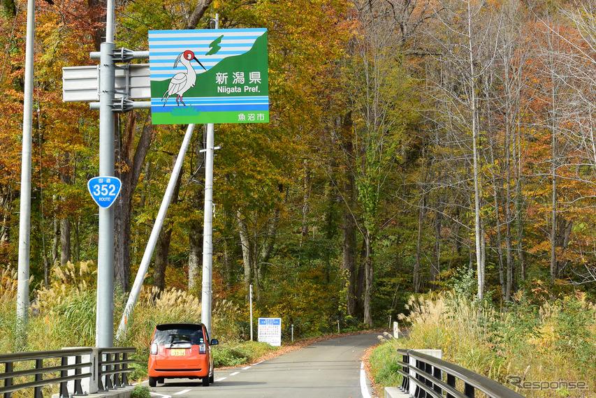 金泉橋を渡ると新潟県。ここからは日本有数の巨大ダム湖である奥只見湖岸を走るルート。