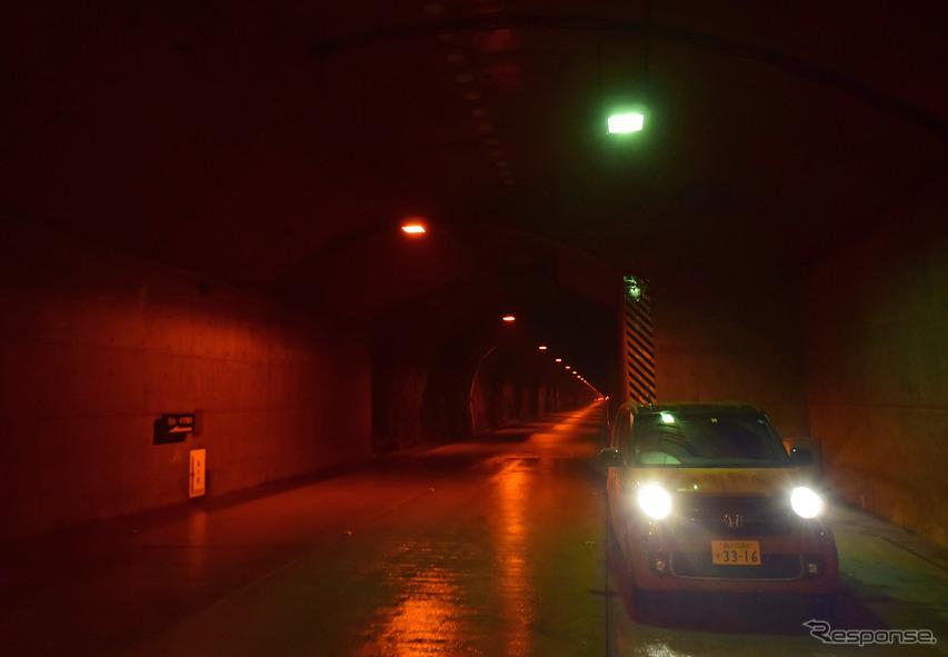 長大なトンネルが連続する奥只見シルバーライン。路面は荒れており、アンジュレーション(路面のうねり)のきつさは国道352号線どころの騒ぎではない。こういう道はN-ONE RSの苦手ポイント。