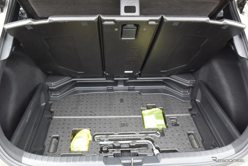 試乗車にはラゲッジルームをパーティションできるボードがオプション装備されていた。