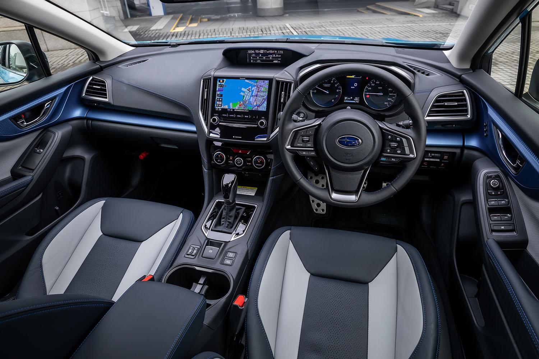 インテリアのデザインは従来型から大きな変更はないが、パネル表面の仕上げや加飾などが見直されている。「XVアドバンス」では写真のブルー基調の内装色のほか、ダークシルバーのパネルやオレンジ色のステッチを用いたブラック基調の内装色が設定されている。