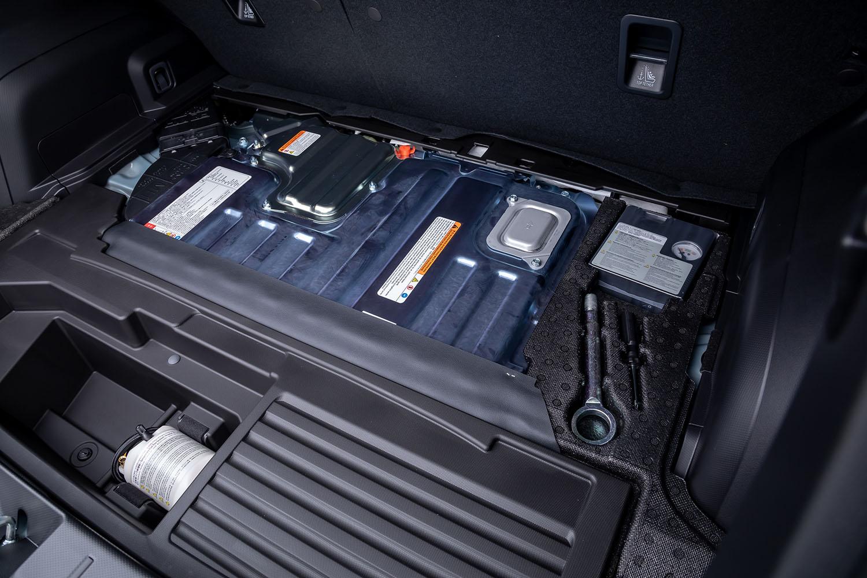 駆動用バッテリーはリチウムイオンで、荷室床面に配置されている。バッテリー搭載によって、荷室高は1.6リッターモデルが777mmであるのに対して「e-BOXER」モデルは722mmとなる。