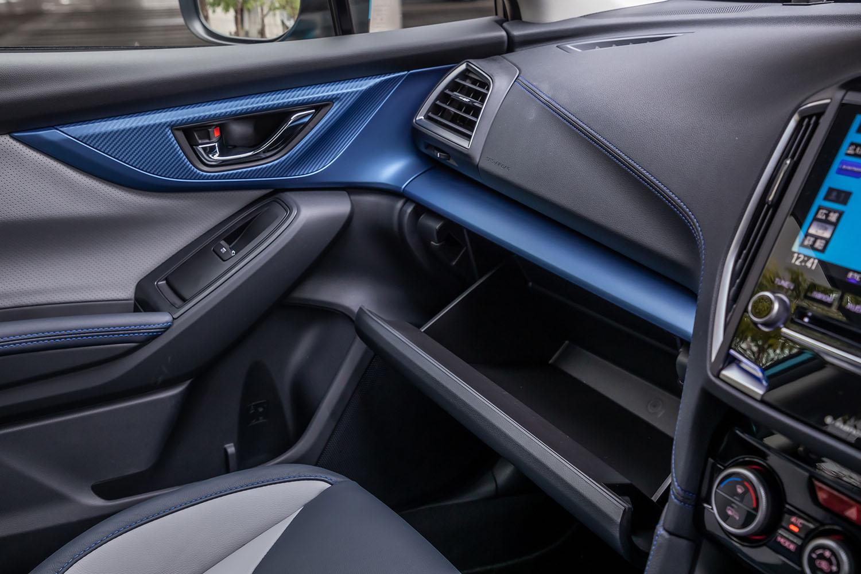 マットブルーの金属調パネルは「アドバンス」のみに用意されるもの。グローブボックスは、備え付けの車検証や取説を入れても若干の余裕があった。
