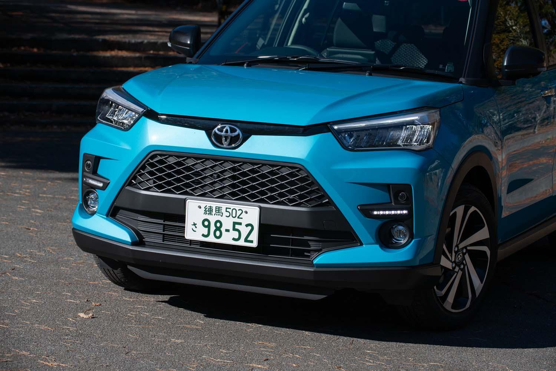 トヨタがダイハツからOEM供給を受けて販売する「ライズ」。姉妹車の「ロッキー」が六角形のフロントグリルを採用するのに対し、ライズは台形のグリルとなる。