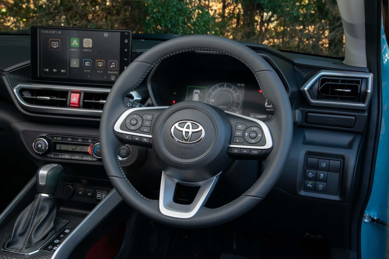 「Z」には本革巻きのステアリングホイールが標準装備。右スポーク上の「PWR」ボタンを押すとエンジン回転数が高く保たれるようになる。