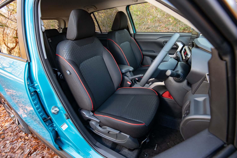 「Z」には赤のパイピング入りのシート表皮が標準装備となる。