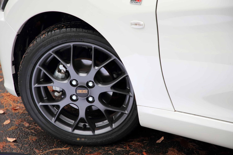 タイヤやホイールの仕様については「S」と同じ。ただしBBS製の鍛造アルミホイールは、マットグレーで塗装されている。