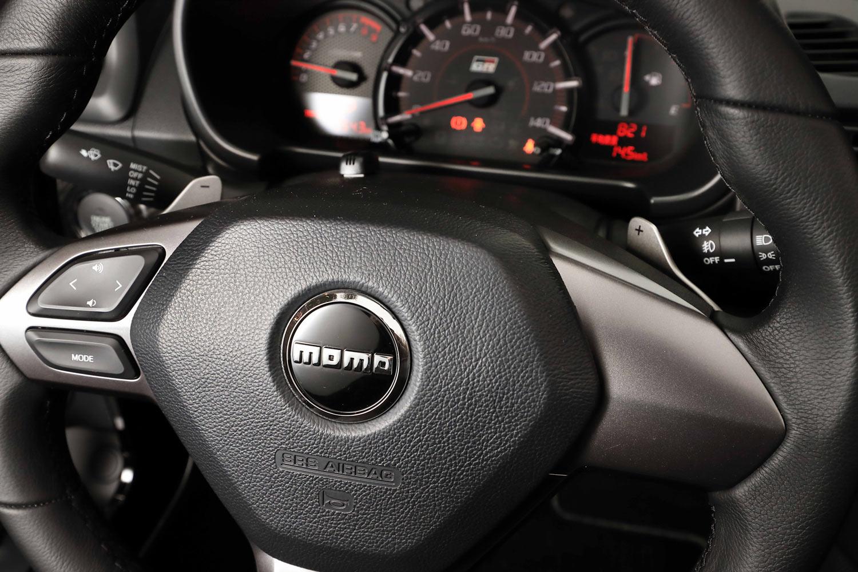 ステアリングホイールには、オーディオのコントローラー以外にスイッチ類は配されていない。CVT車にはシフトパドルが標準装備される。