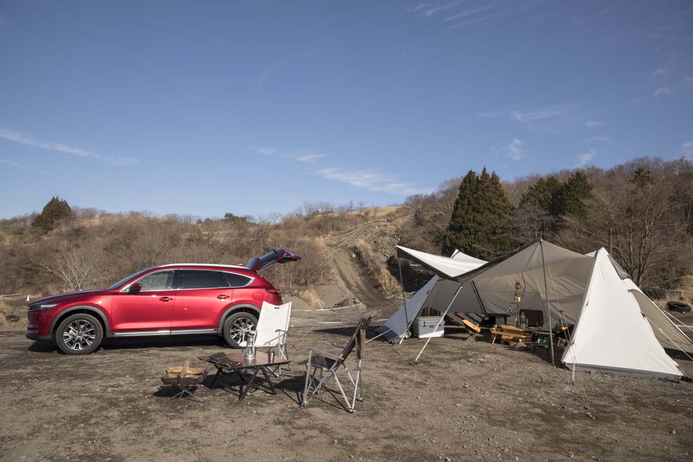 試乗会場にはマツダ車のアウトドア的なイメージを高めるべく、テントや折り畳み式のテーブルセットなどがクルマとともに展示されていた。