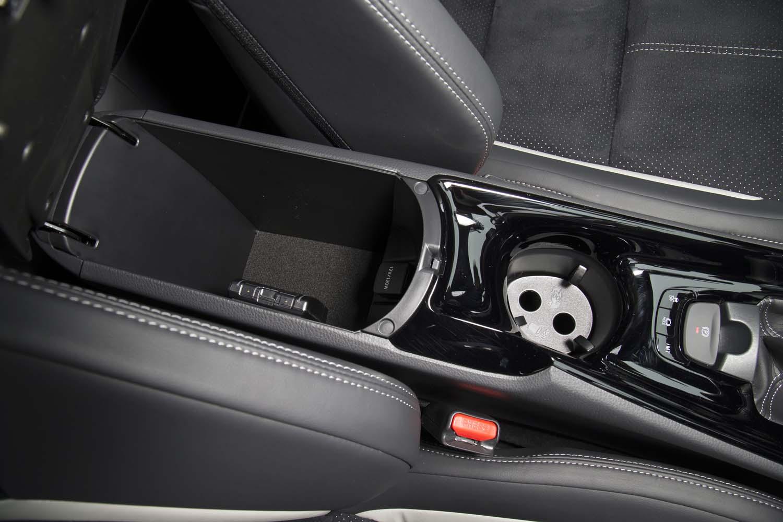 運転席・助手席間には、アクセサリーソケット付きの小物入れが用意される。カップホルダーは深さが2段階に調整できる。