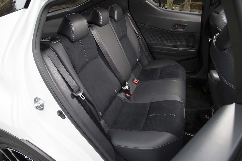 後席も前席と同様、ブラック基調のコンビタイプとなる。「GR」エンブレム入りのフロアマットは2万4200円の販売店オプション。
