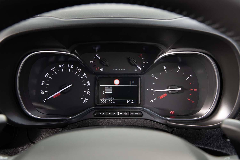 メーターパネルは質実剛健な針式の2眼タイプ。エンジン回転計(右)のレッドゾーンは5500rpmから。