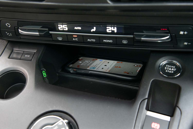 ダイヤル式シフトセレクターの前方には、置くだけでスマートフォンを充電できるスペースが備わる。