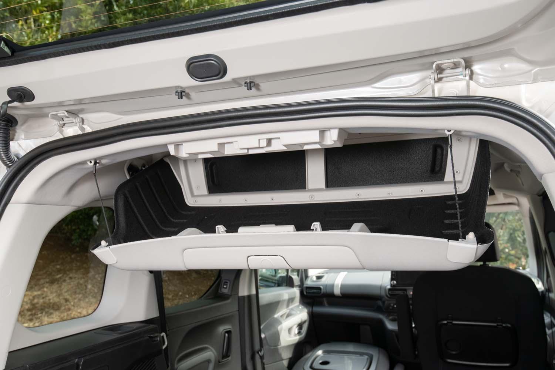 ラゲッジスペースの頭上には容量60リッター、耐荷重10kgのシーリングボックスが備わる。助手席側からは引き戸を開けてアクセスできる。