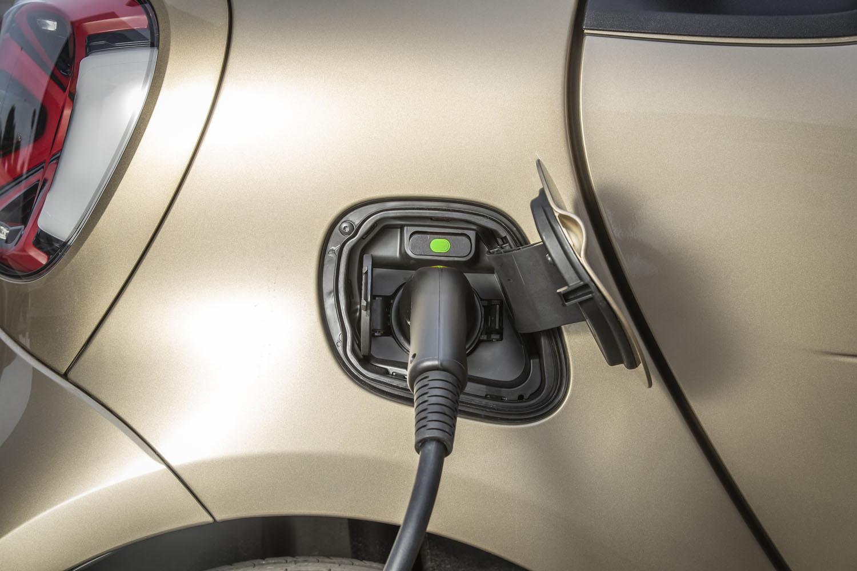 家庭用200V・15Aの普通充電器を使用した場合、約8時間で満充電が完了。三相充電が可能であれば、電池残量10%の状態から40 分以下で80%まで充電できるという。