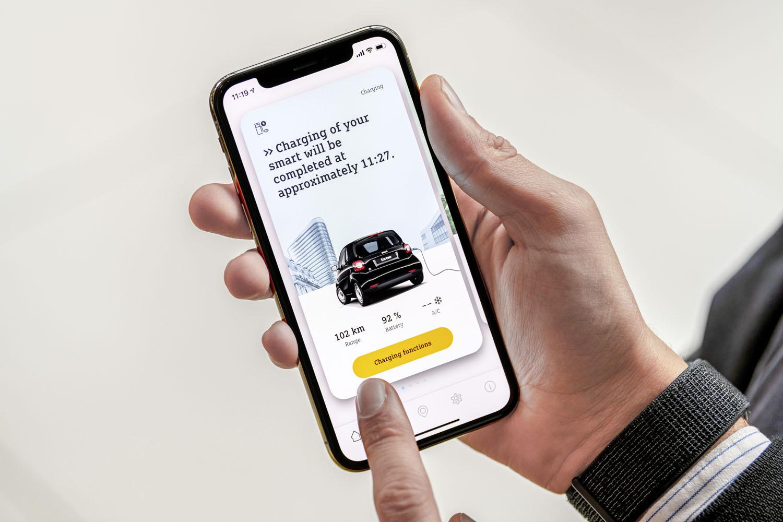 「スマートEQコントロールアプリ」を使用し、車両の充電状態や可能走行距離などの情報を手持ちのスマートフォンなどで確認できる。