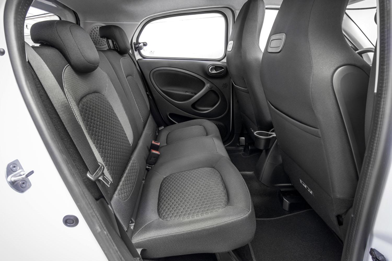 「フォーフォー」の後席では、従来のガソリンエンジン車と変わらない居住性が確保されている。特徴的なリアドアの内張りデザインは、フロントドアに準じたものだ。