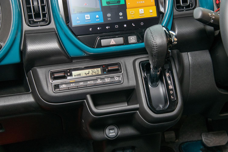 ダッシュボードに配されたストレートゲート式のシフトセレクター。新型「ハスラー」には、2ポートオイルポンプや高効率ベルトなどを用いた新型CVTが搭載される。