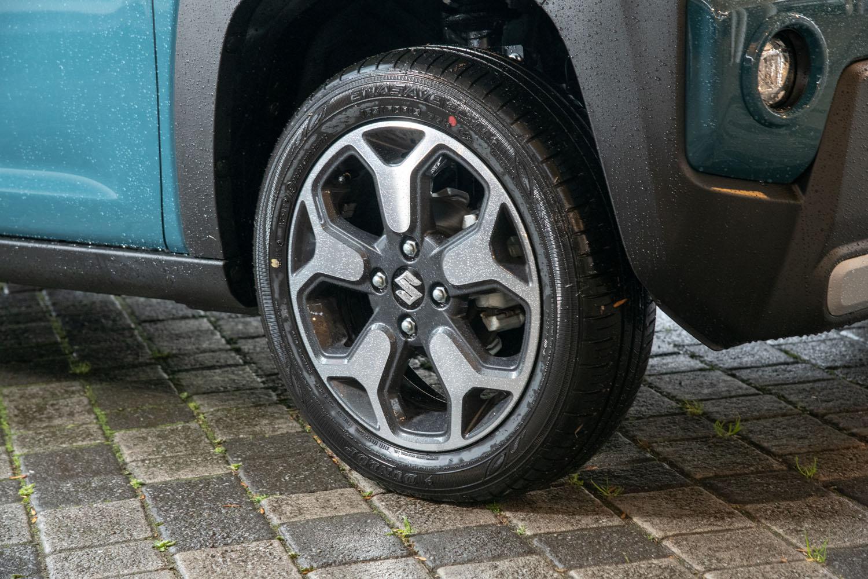 タイヤサイズは全車共通で165/60R15。「G」系のグレードにはスチールホイールが、「X」系のグレードにはツートンカラーのアルミホイール(写真)が組み合わされる。
