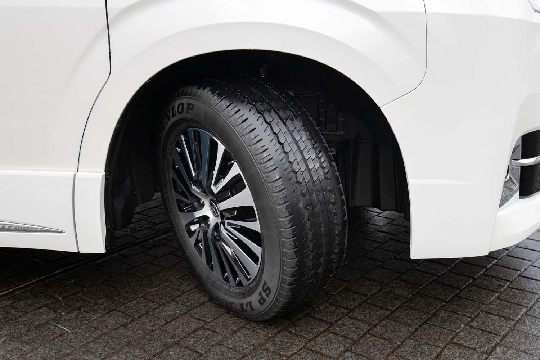 17インチの前輪のきれ角は45度。最小回転半径は5.6mと、ミニバン「アルファード/ヴェルファイア」の5.8mを下回る。なお、5ナンバーサイズミニバン「ノア/ヴォクシー」の同値は5.5m。