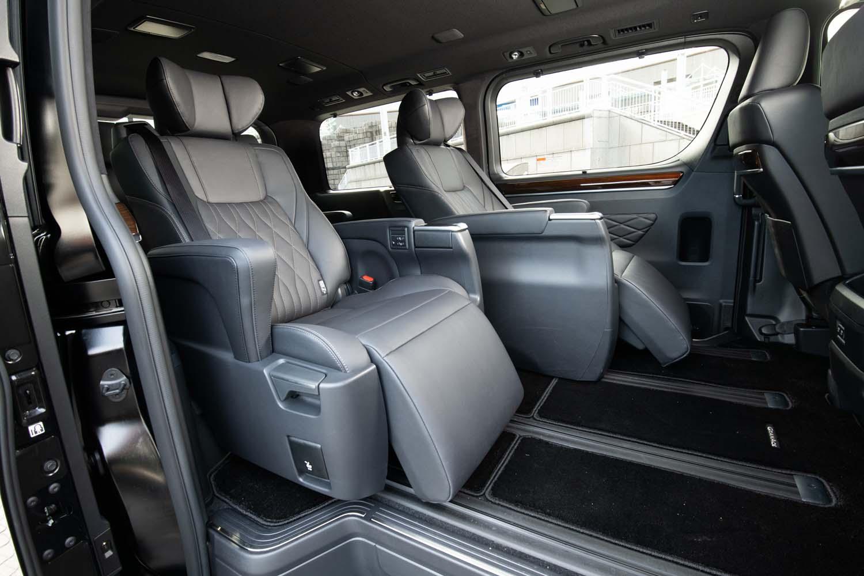 """6人乗り仕様車(写真)、8人乗り仕様車ともに、2列目は大型の「エグゼクティブパワーシート」となる。なお「アルファード/ヴェルファイア」の「エグゼクティブラウンジシート」は、このシートの""""さらに上""""と位置付けられる。"""