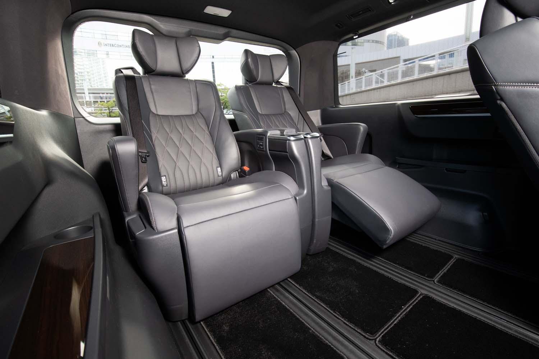 6人乗り仕様車は、3列目(写真)も「エグゼクティブパワーシート」。シートヒーターやオットマンは標準で、1脚あたりの重量は約25kg。