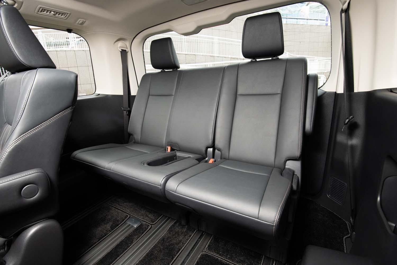 8人乗り仕様車の4列目は、チップアップ機能を持つ2人掛け。荷室を最大化する際は座面を持ち上げ前方にスライドさせる。